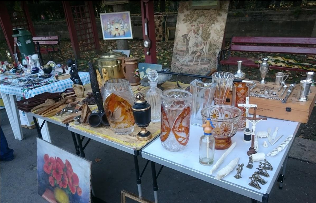 Taraba cu obiecte vechi din targul de antichitati din parcul Carol